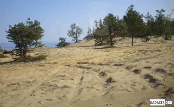 Полностью уничтожен растительный покров и наступающие пески покрывающие многометровым слоем почву перемещаются в сторону естественных сенокосов и пастбищ (дорога на самую северную точку острова Ольхон - мыс Хобой)