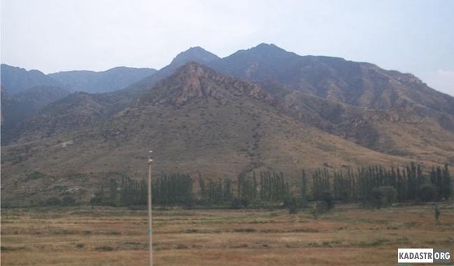 Естественный природный ландшафт Внутренней Монголии (для защиты земель от эрозий оборудуется ветрозащитная полоса из деревьев  и кустарников)