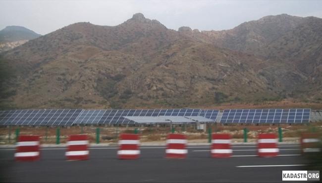 Солнечные панельные батареи обеспечивают электроэнергией фермерскую общину в течение всего года